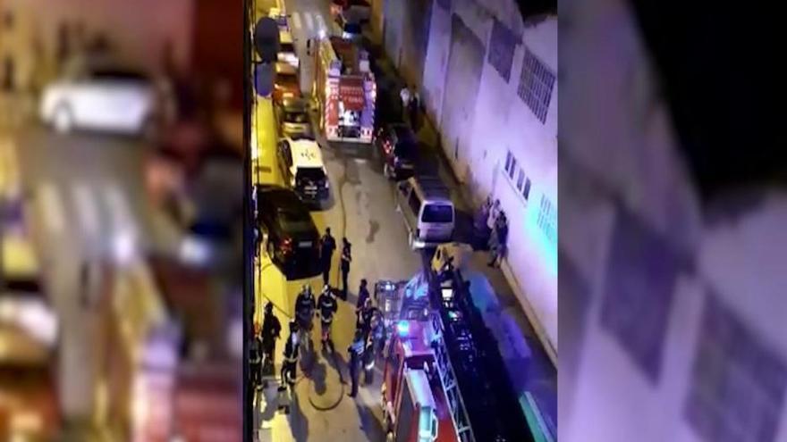 Un grave incendio en un piso de Tremañes deja cuatro personas intoxicadas