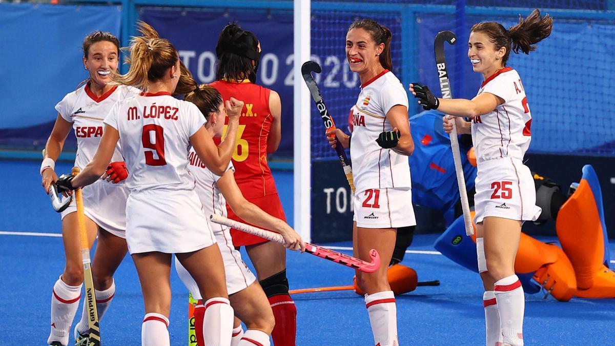 La selección femenina de hockey vence a China por 2-0.