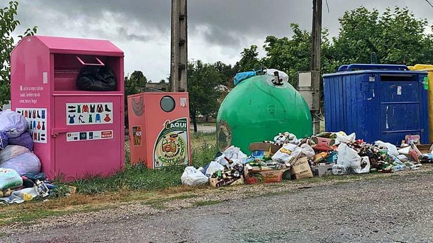 Acumulación de basuras en los contenedores selectivos del Barrio de Lomba en Cobreros