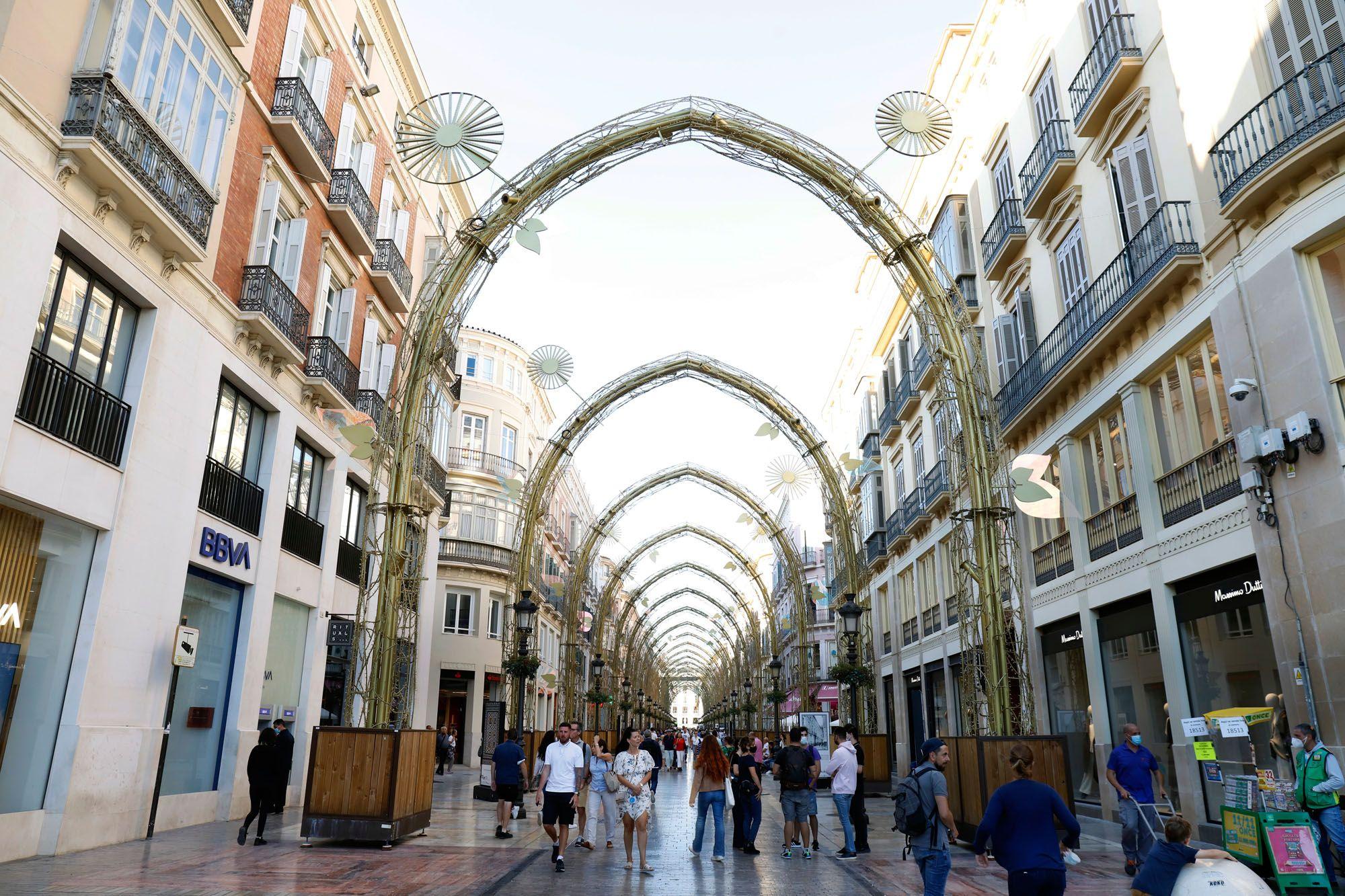 La estructura de las luces de Navidad, ya colocada en la calle Larios.
