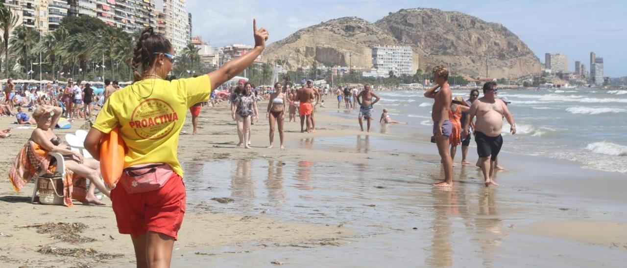 Una socorristas, en una playa de Alicante durante el pasado verano