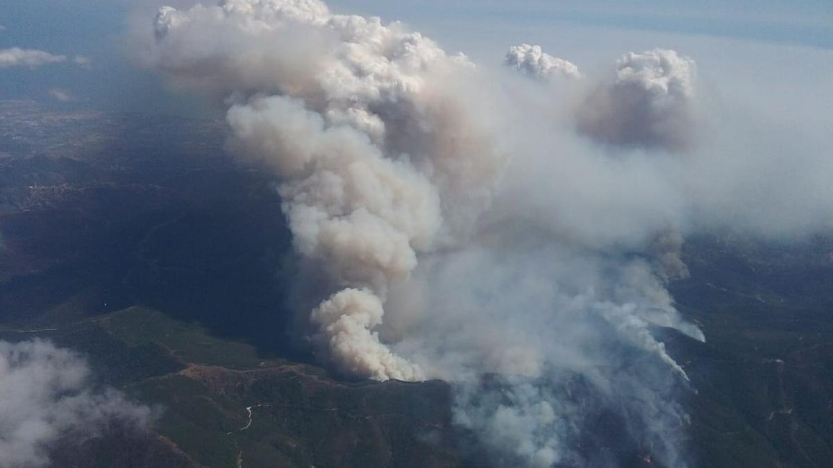 Imagen aérea del incendio en la mañana de este viernes