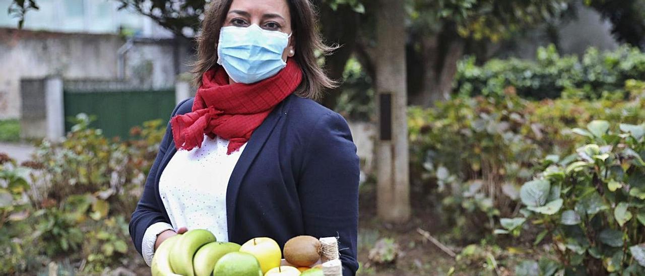 Nuria Pérez, con una cesta de frutas de su empresa.