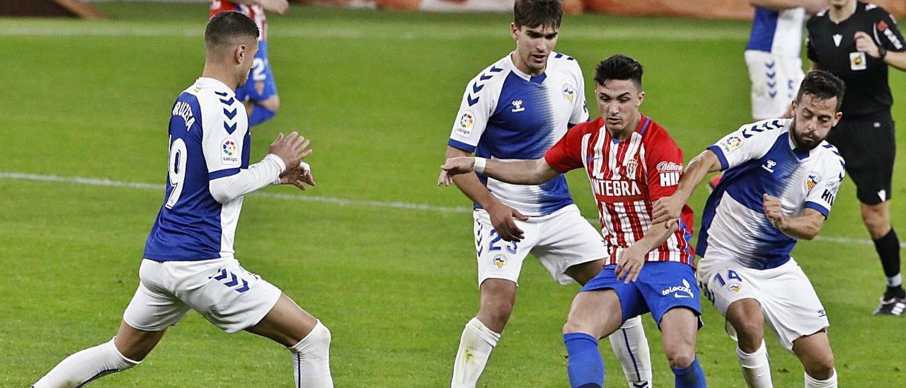 Manu García, en el centro, perseguido por varios rivales. Ángel González