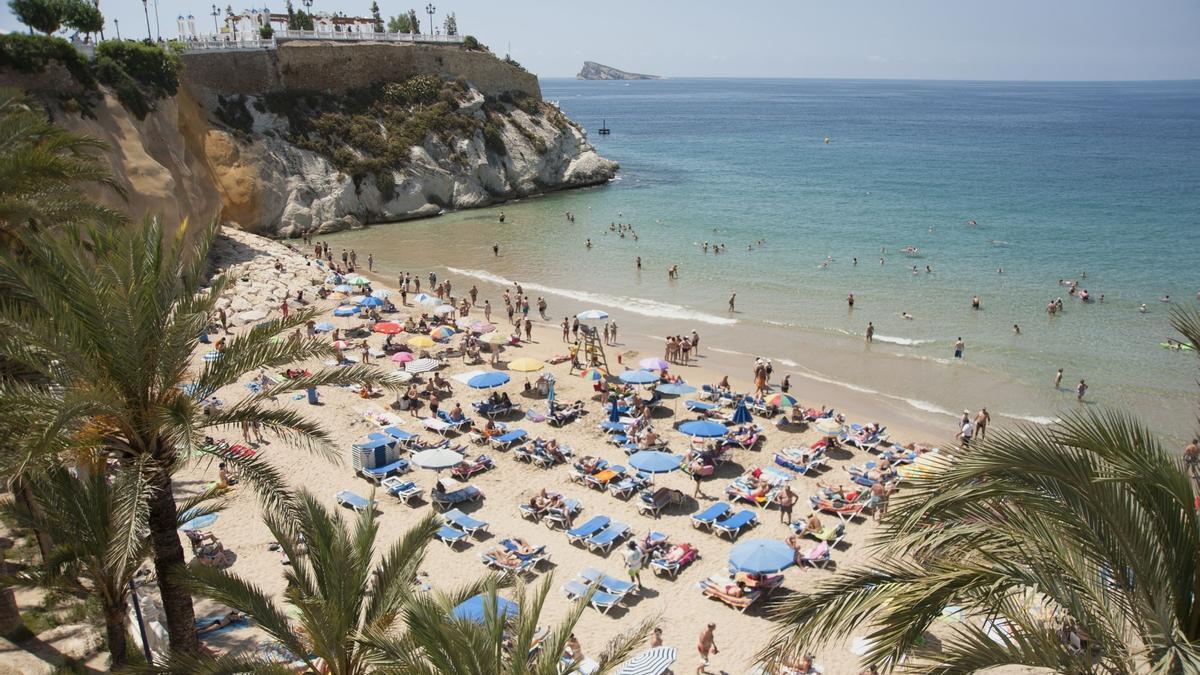 Una playa de la Comunidad Valenciana llena de turistas.