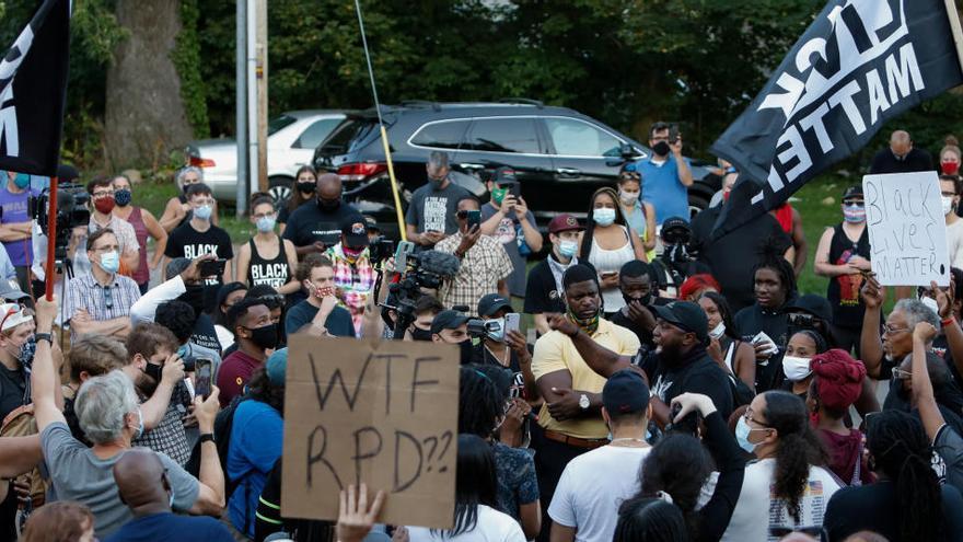 Suspenden a siete policías por la muerte de Prude