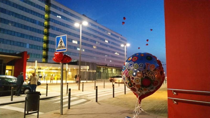 El HUCA amanece lleno de globos para animar a los pacientes