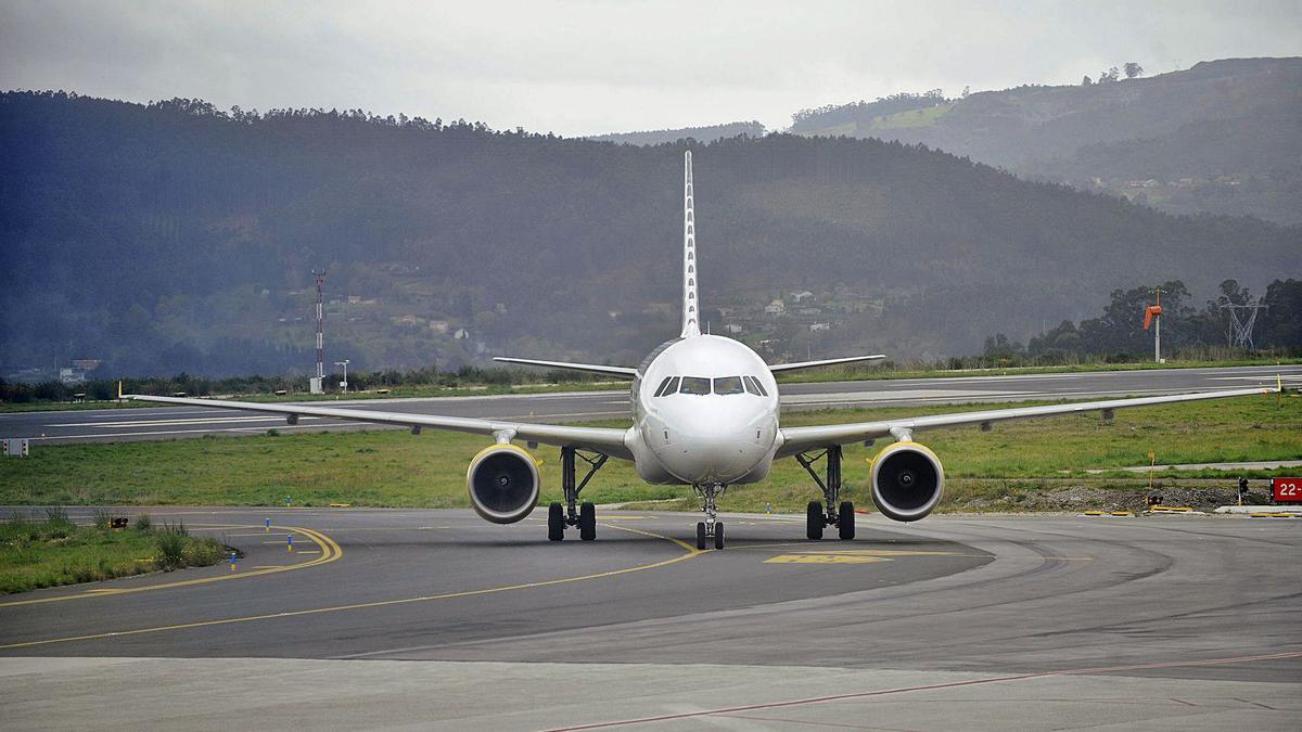 Un avión de Vueling, en la pista de Alvedro. |   // CARLOS PARDELLAS