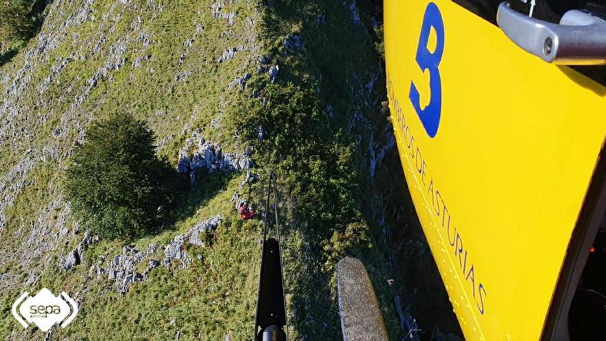Rescatan a un hombre de 58 años herido en una pierna mientras hacía una ruta en Laviana