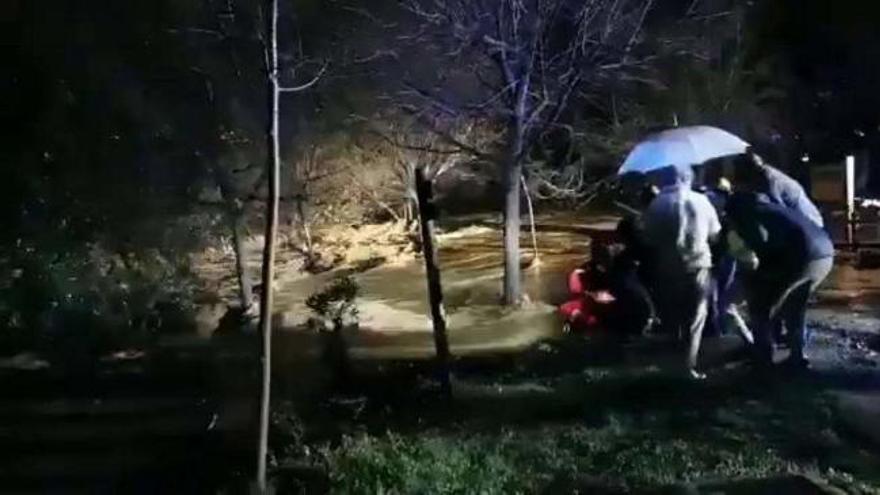 Dos fallecidos tras ser arrastrado su coche por un río en Mijas