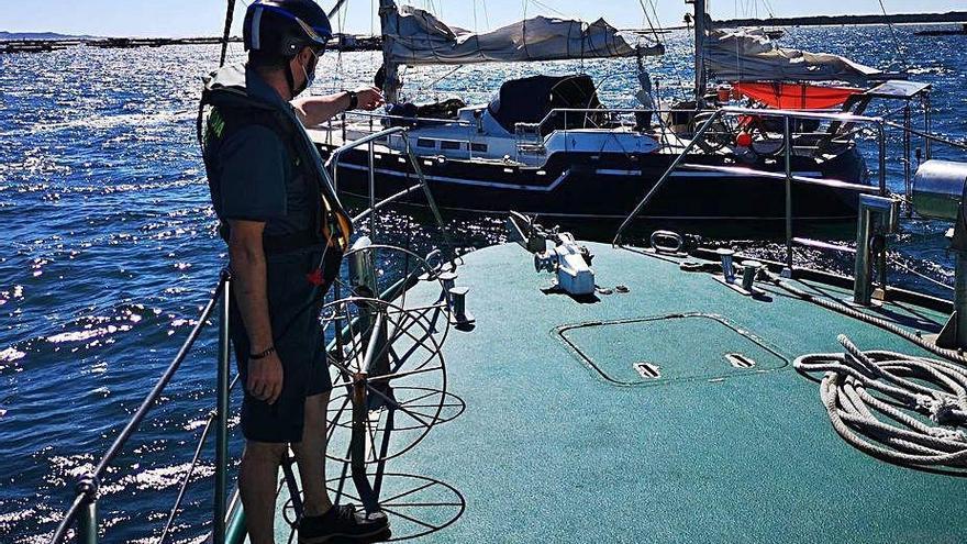 Rescatan el velero a la deriva de tres suecos que habían ido a tierra