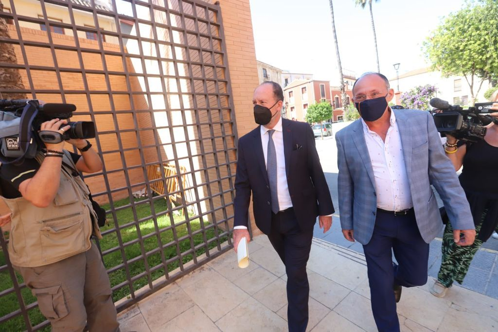 Bascuñana llega al juzgado para declarar sobre la denuncia por cobrar sin trabajar acompañado de dos concejales