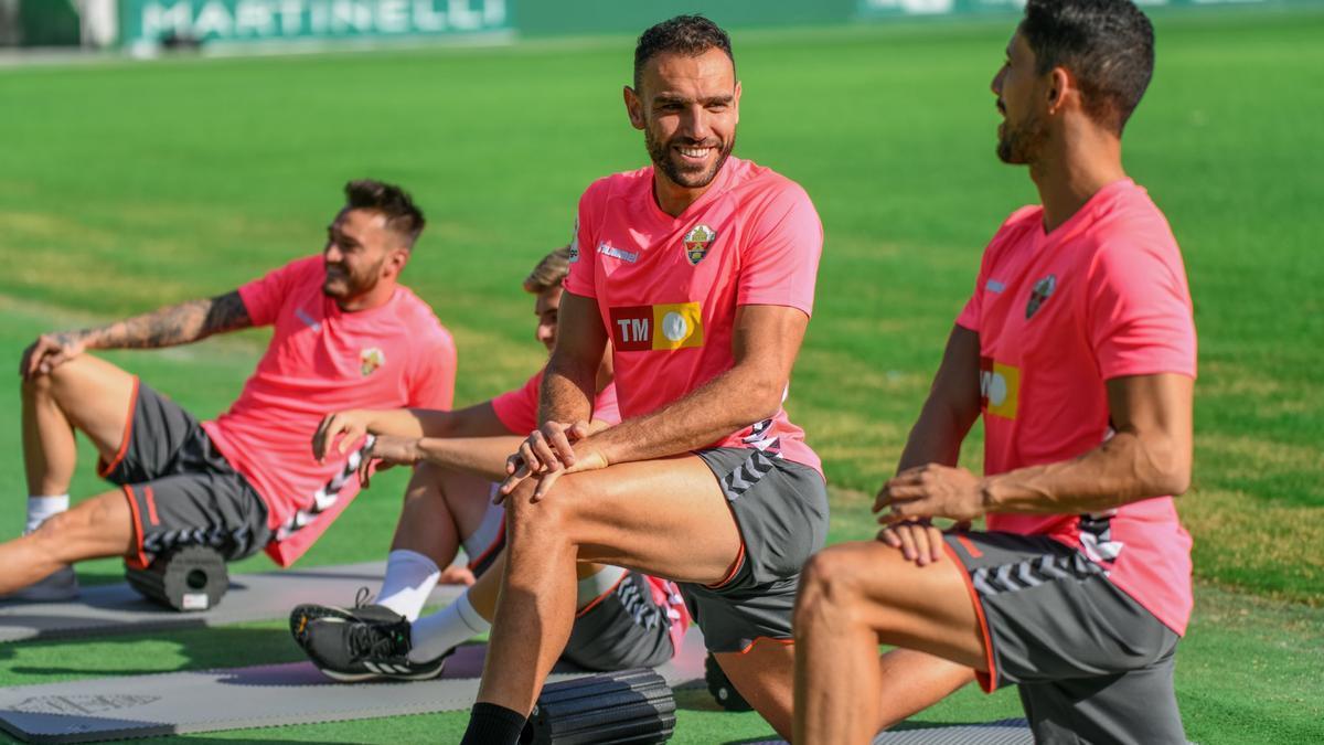Los jugadores del Elche, ayer con las camisetas rosas