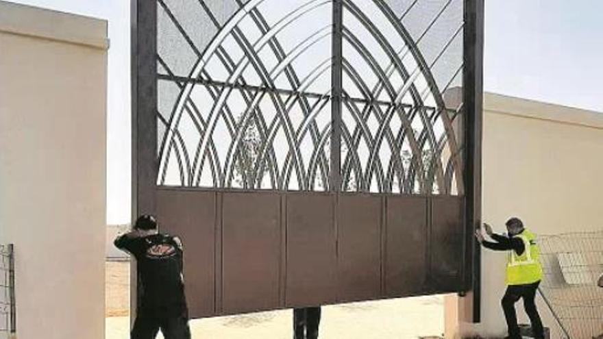 Betxí instala en el cementerio una réplica de una puerta renacentista del Palau