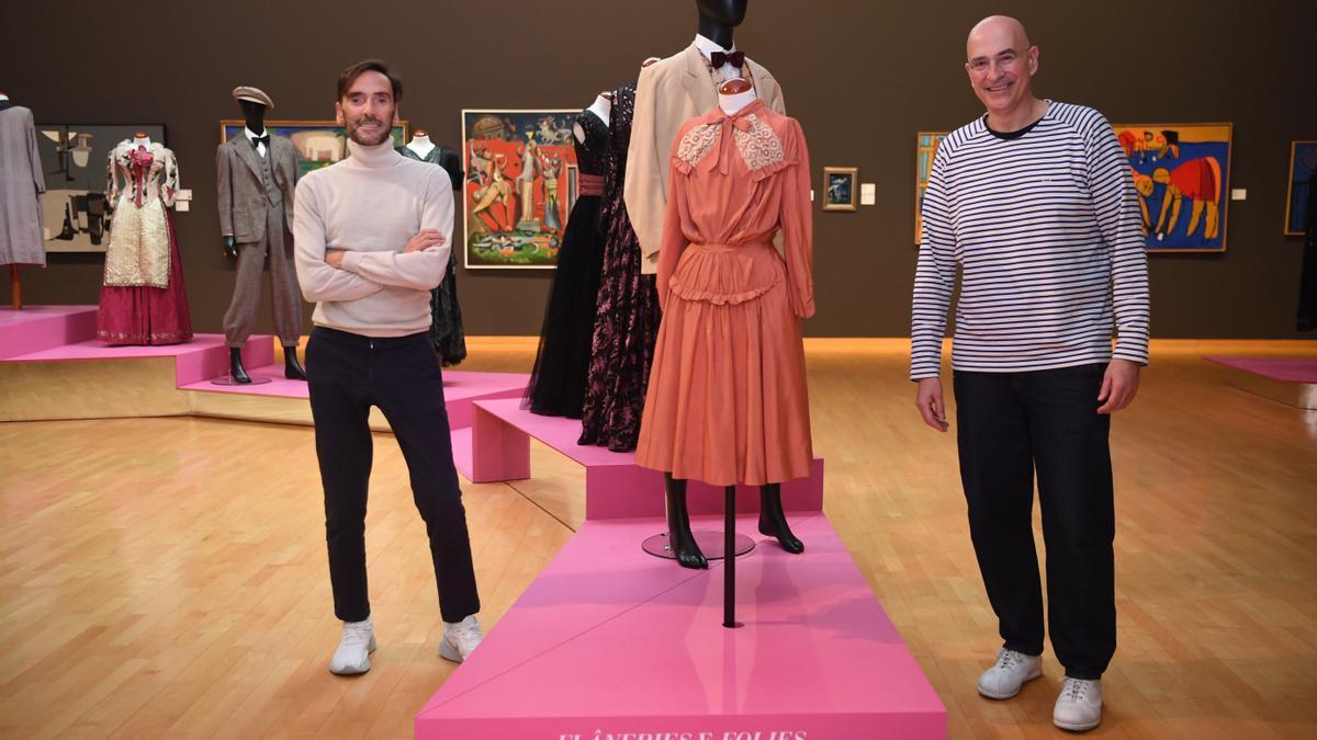 El especialista en moda Román Padín y el arquitecto Fernando Agrasar, en la muestra.