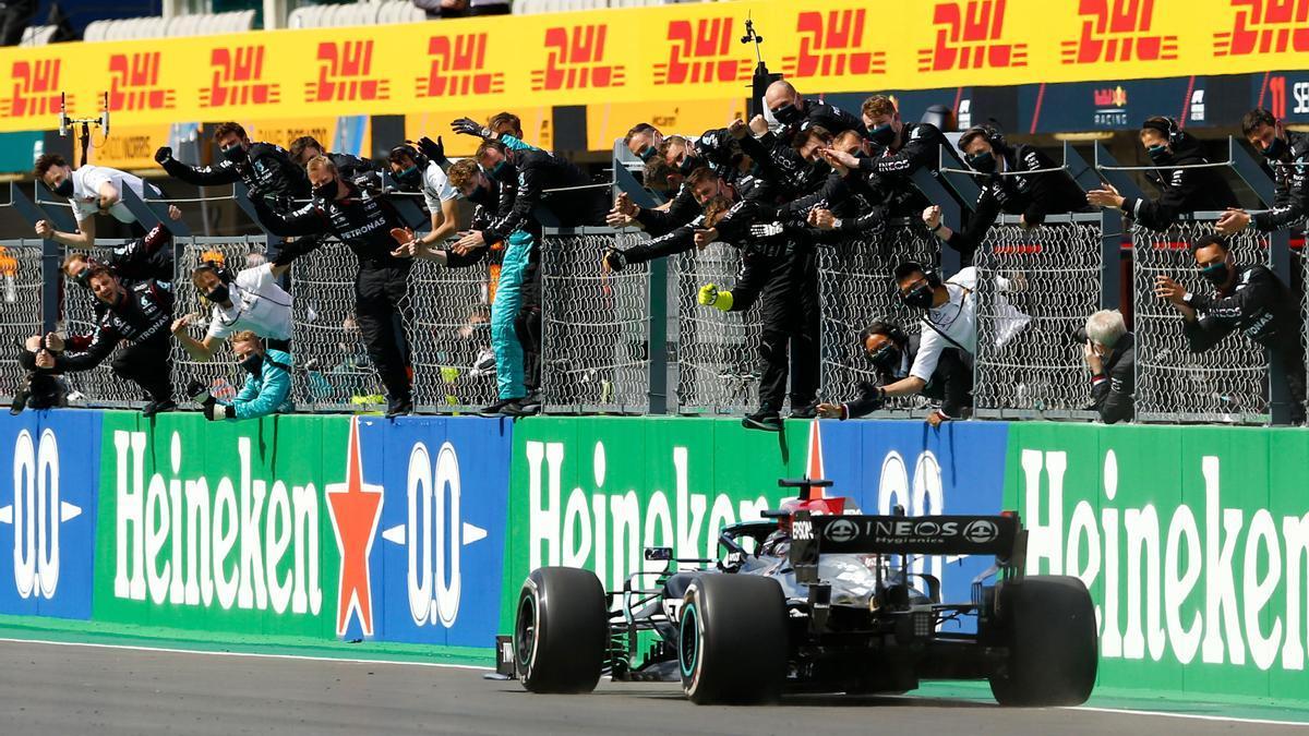 Lewis Hamilton cruza la meta como vencedor del Gran Premio de Portugal
