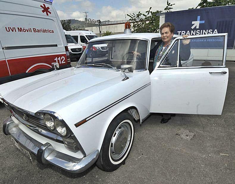 Araceli Estrada, con la primera ambulancia del concejo naveto ||  M. M.