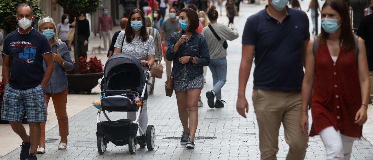 Gente paseando con mascarilla en Avilés