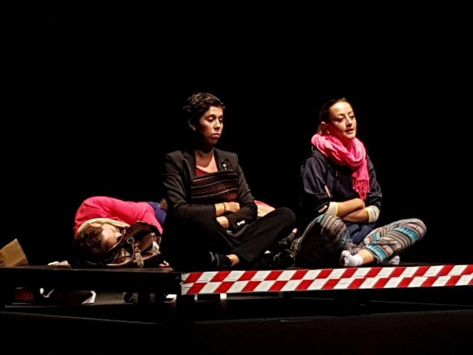 """Protagonizando """"El Muntacàrregues"""" en el concurso de teatro de la JCF. La trama la protagonizan cuatro personas que se han quedado atascadas en un montacargas."""
