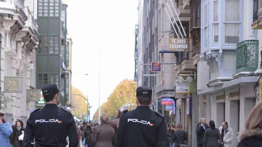 Policías nacionales patrullan a pie por las calles de la capital.