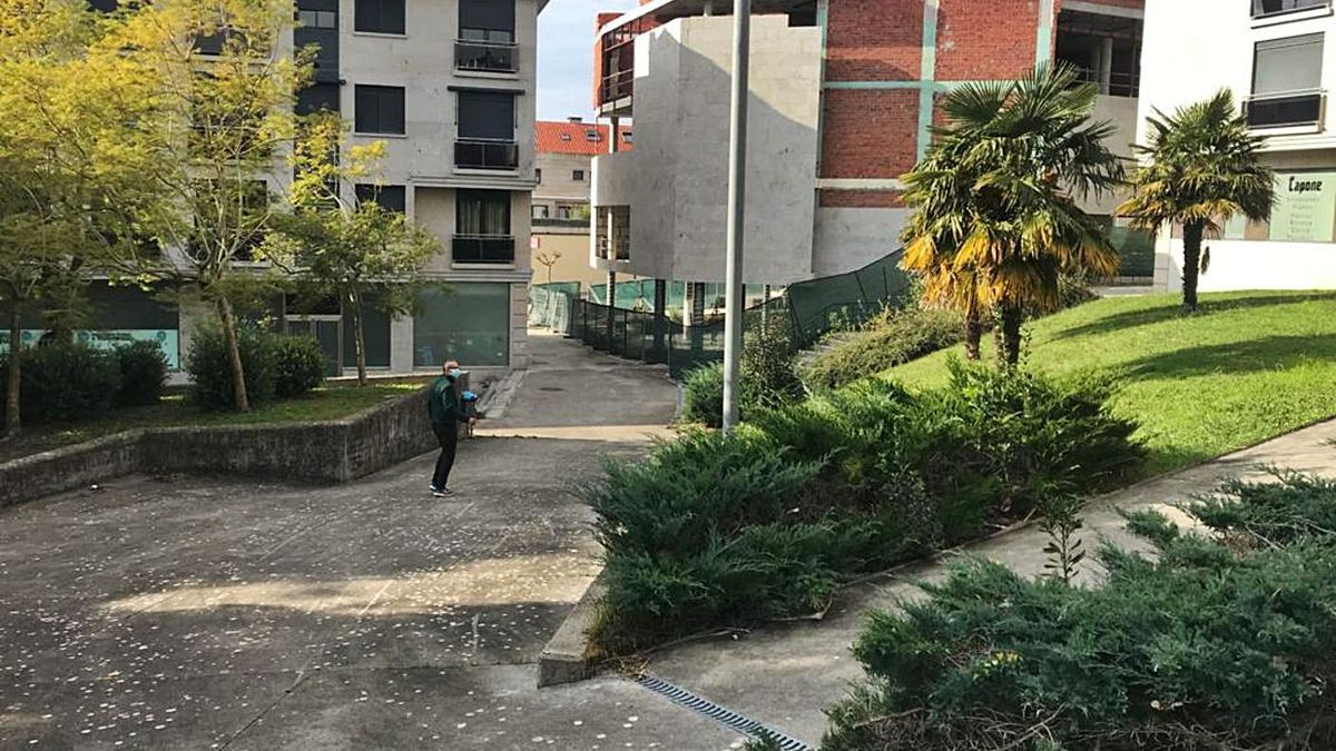 """La plaza pública """"oculta"""" que se asociará como espacio cultural a la biblioteca, al fondo a medio construir."""