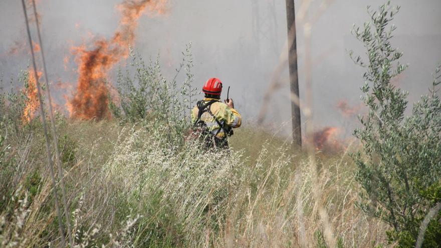 El viento y el calor avivan un incendio en la carretera de Onda a Ribesalbes
