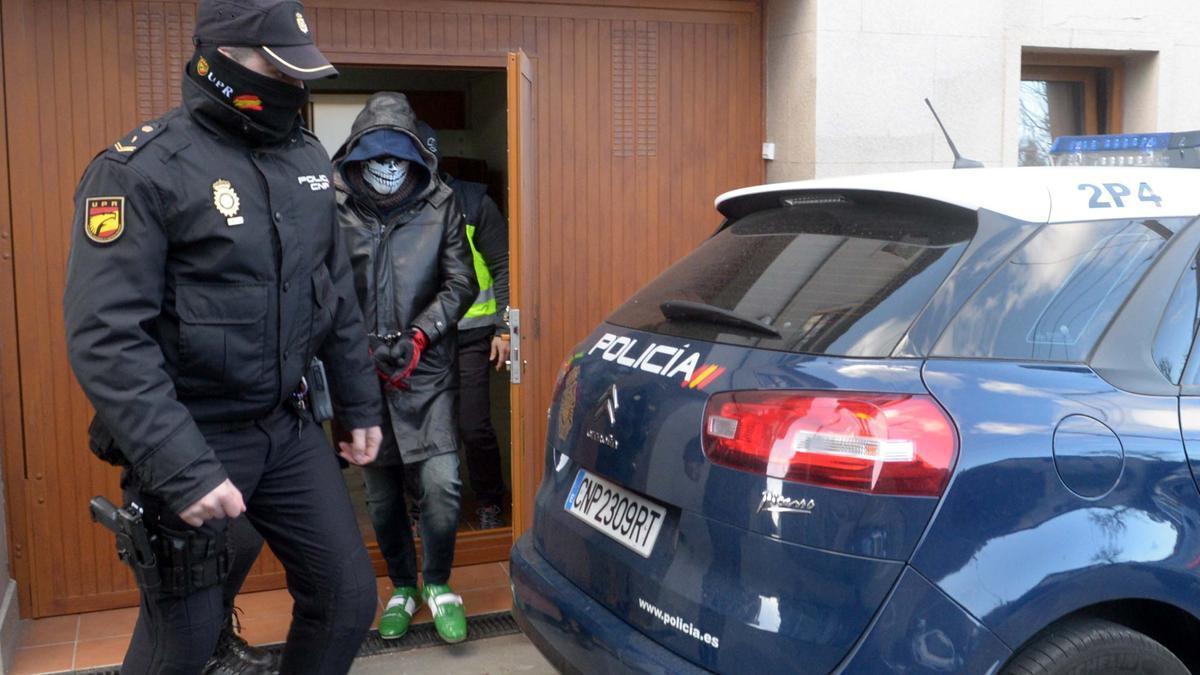 David Pérez Lago, con el rostro oculto el día que fue detenido en su casa de A Laxe (Vilagarcía)