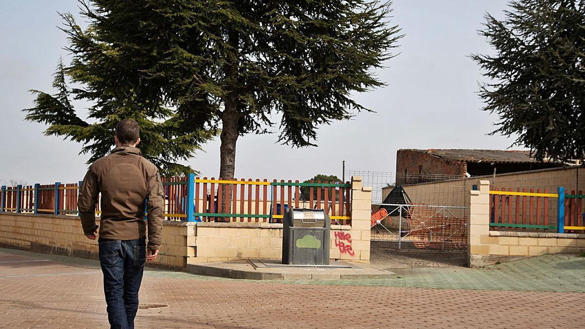 Uno de los parques infantiles de Morales, en la calle Tirolabola, que será remodelado.