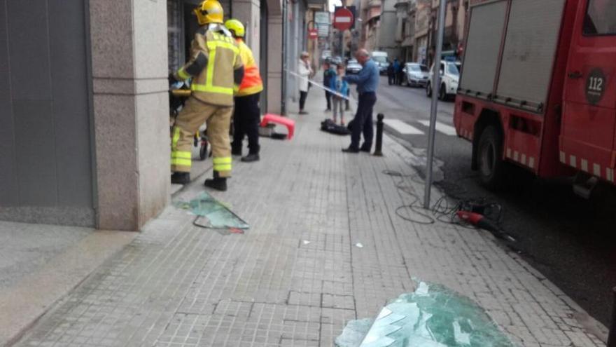 Un cotxe s'encasta contra l'aparador d'una botiga al centre de Berga