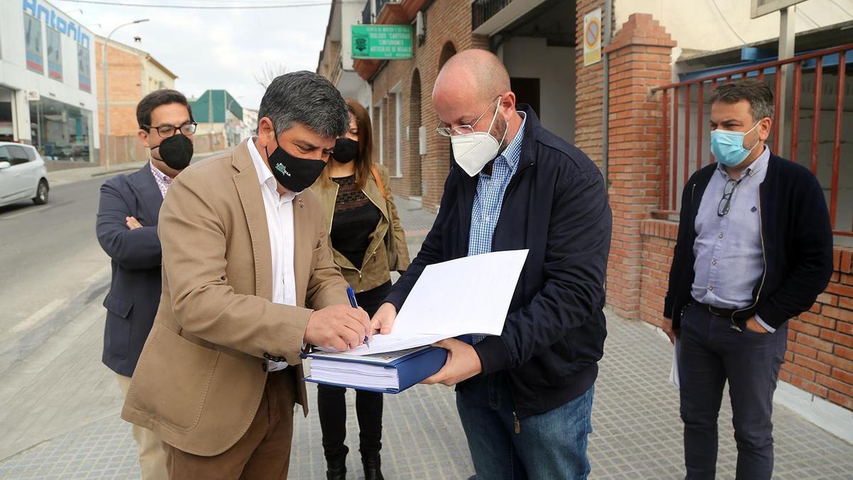 Rafael Llamas firma el acta de recepción de la cuarta fase de las obras de reforma de la avenida de Italia.