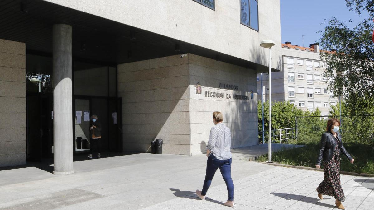 Entrada principal a la Audiencia Provincial de Vigo. // Alba Villar