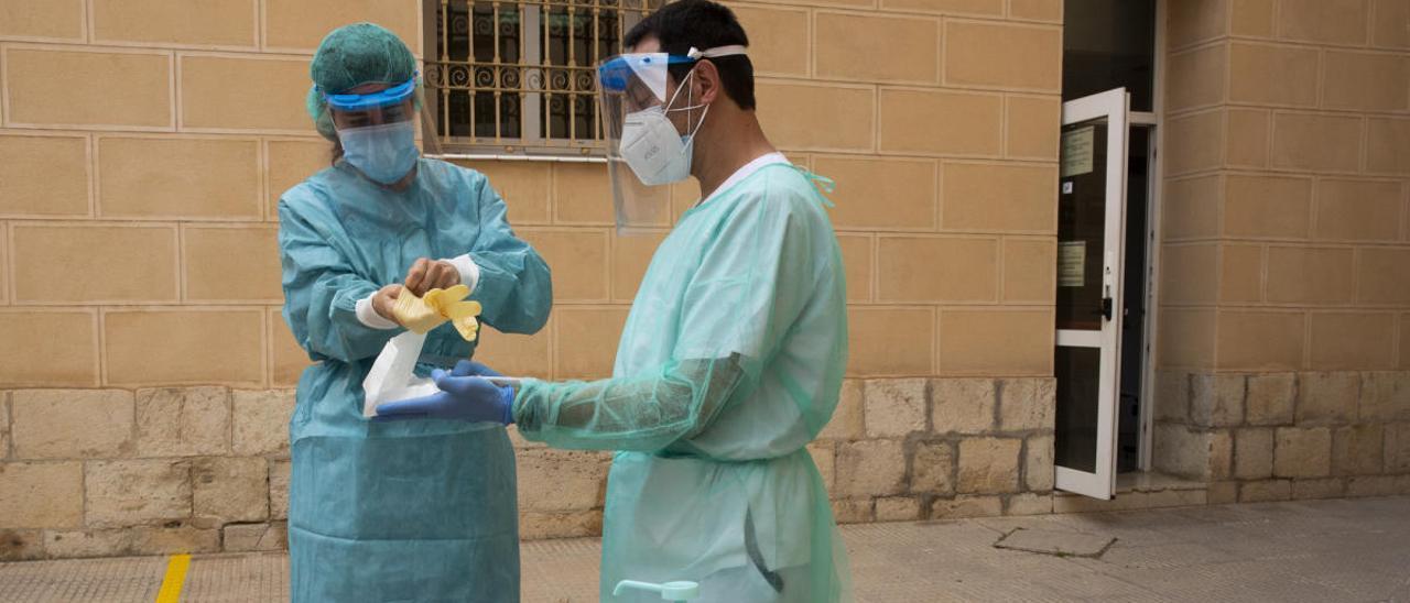 Trabajadores de un centro de salud, preparándose para una toma de muestras