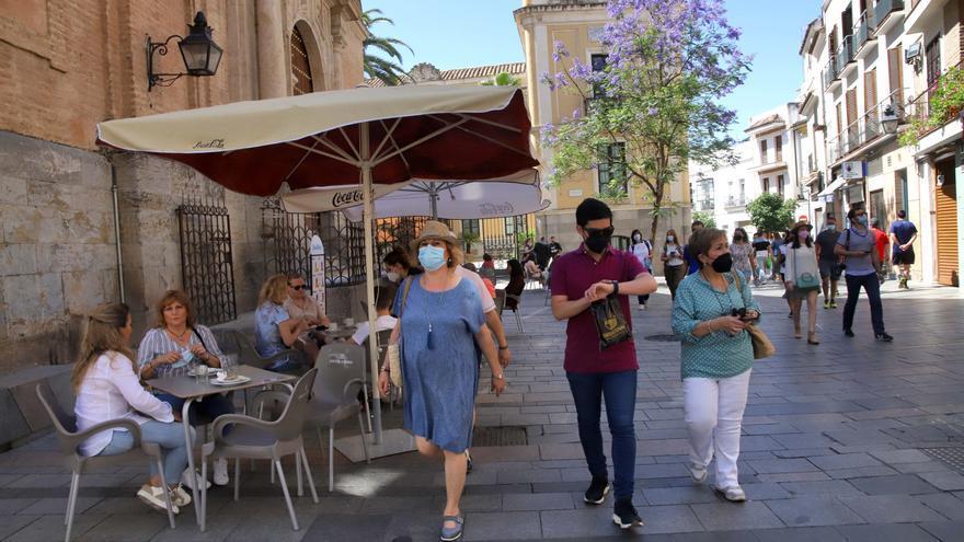 El turismo vuelve a los patios y con los turistas, las colas y el bullicio