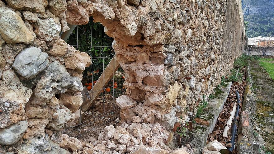 Unos vándalos abren un boquete en un muro de entre los siglos XIII  y XV del monasterio de Simat