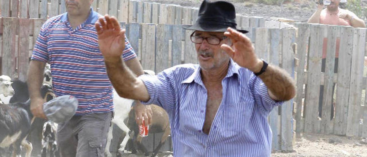 El comisionado de Betancuria, Vicente Hernández, en una apañada.