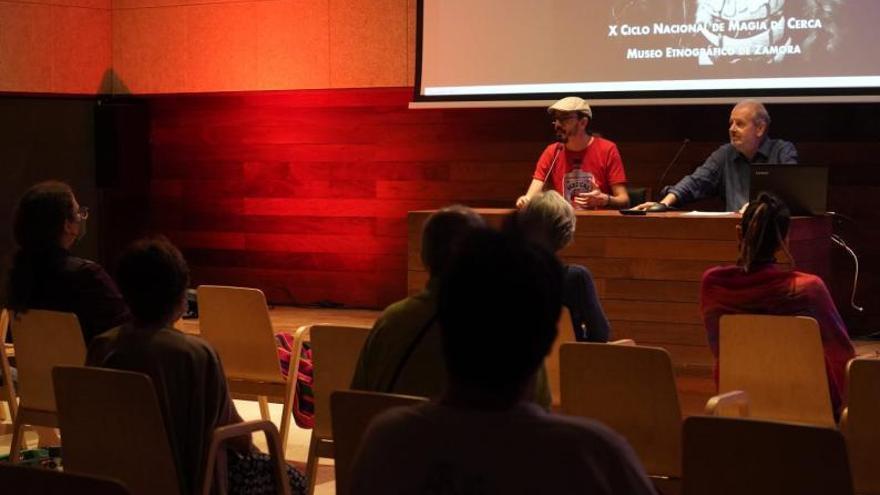 Conferencia mágica de Ramón Mayrata en el Etnográfico de Zamora