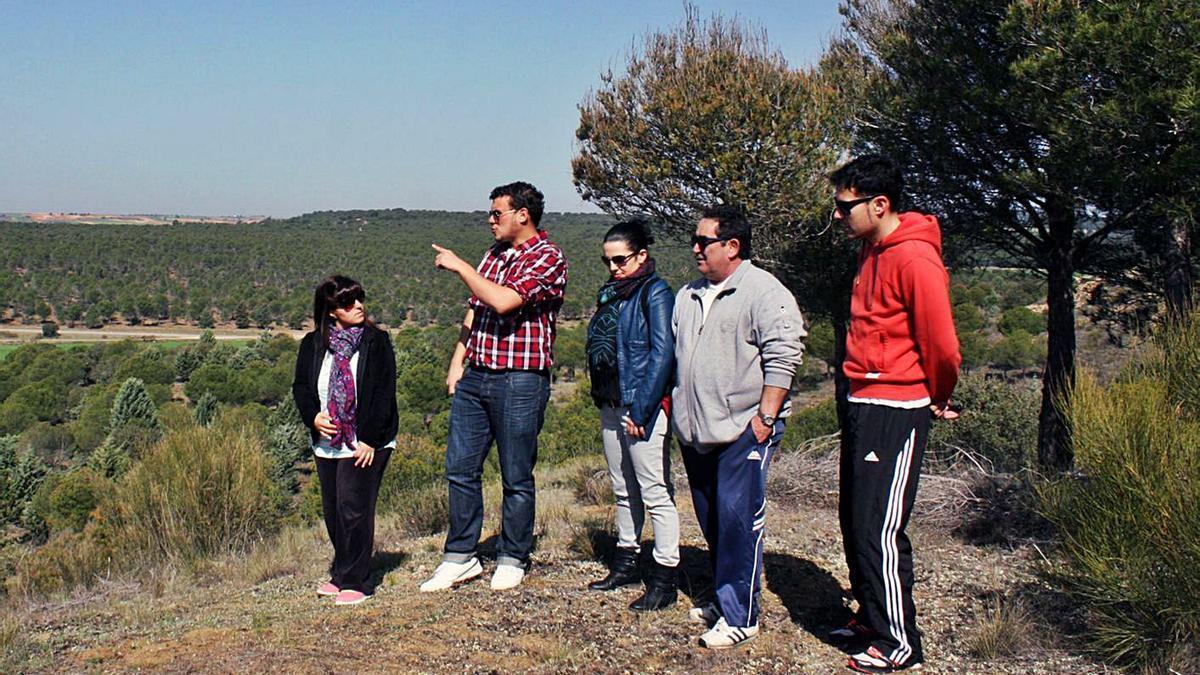 El alcalde, Tomás del Bien, (segundo izquierda) con varios vecinos en el Pinar de la ciudad.   Cedida