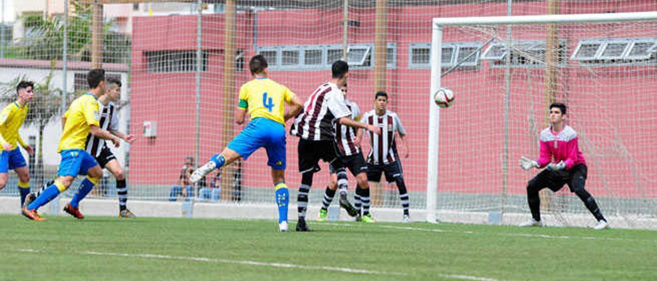 Uno de los ataques del equipo amarillo, que acaba con el balón en manos del portero José y la disputa por el esférico durante la primera parte de un entretenido partido.