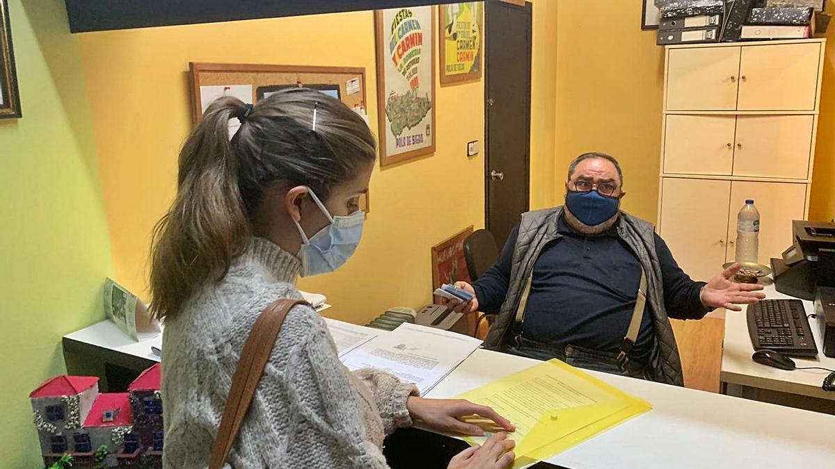 Lucía Noval y Jenaro Soto, ayer, en el despacho de Festejos. | A. I.