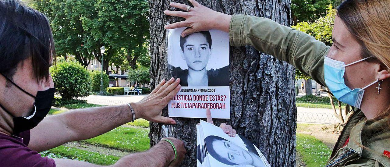 Voluntarios, pegando carteles la semana pasada en Vigo con motivo del 19 aniversario del caso.