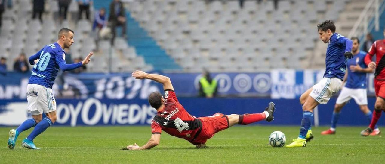 Sangalli da un pase ante la entrada de Mario Suárez, con Tejera observando la jugada.