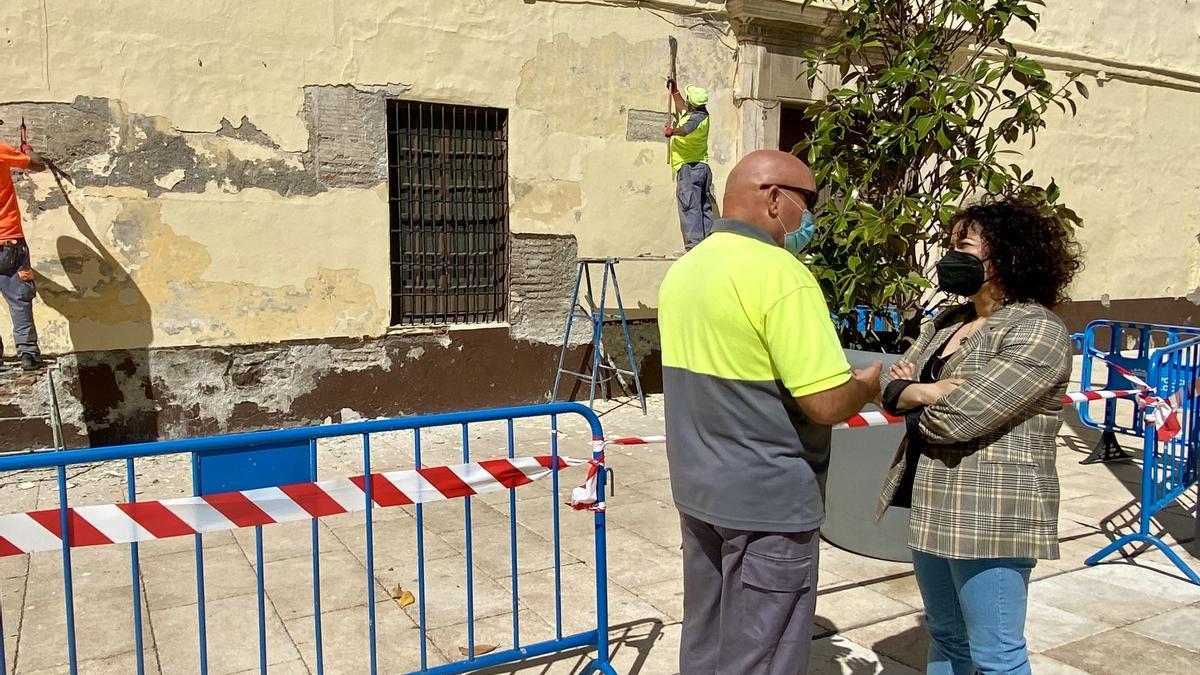 La concejala de Cultura y Patrimonio Histórico de Vélez-Málaga, Cynthia García, informa de la reparación del muro de Las Carmelitas