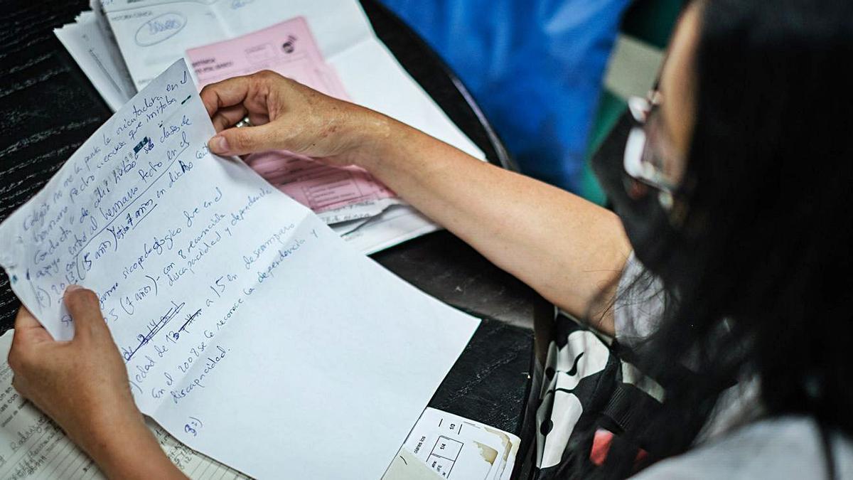 Magdalena Gil muestra parte de la numerosa documentación sobre el caso de su hija.