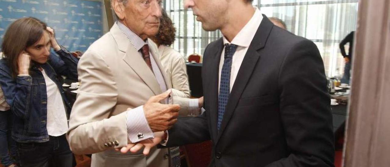 Carlos Mouriño conversa con Antonio Chaves durante el desayuno con la prensa del 8 de septiembre. // R. Grobas