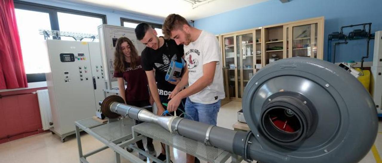 Alumnos del CIFP con una máquina mareomotriz patentada por el centro. | LNE