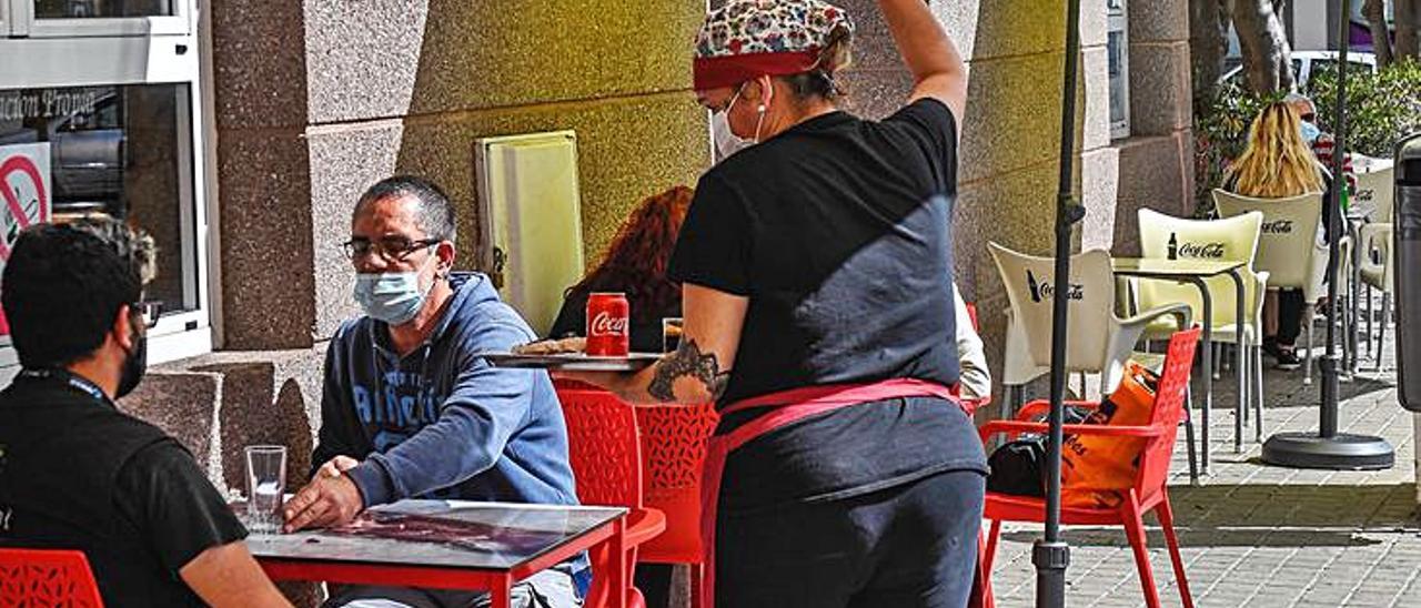 Mesas que comen aceras en Arucas