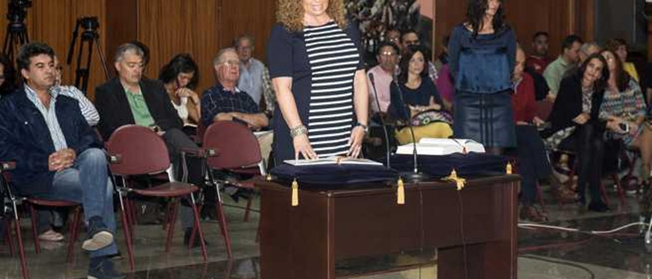 La consejera de CC Esther Machín, ayer, durante su toma de posesión.