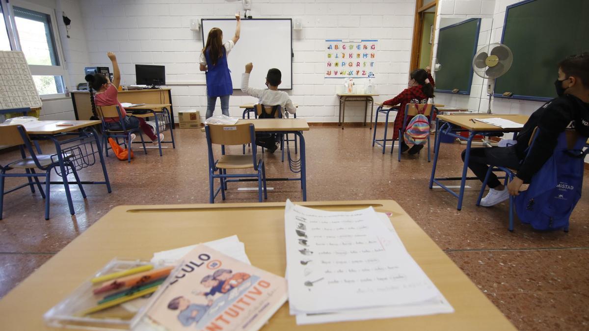 Una profesora da clase en un aula, durante este curso