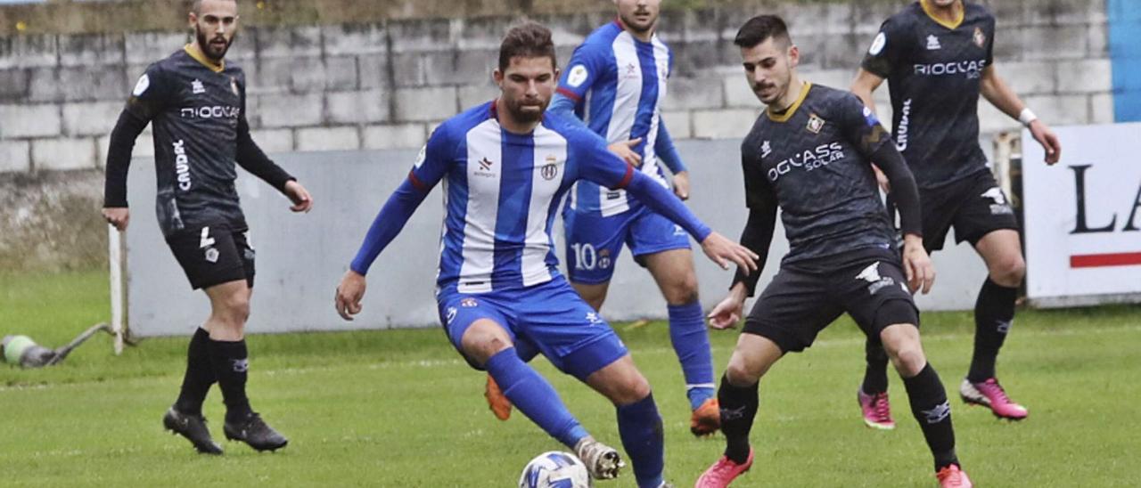 Dani Benéitez controla el balón ante Jandrín en el Avilés-Caudal del Suárez Puerta de esta temporada. |