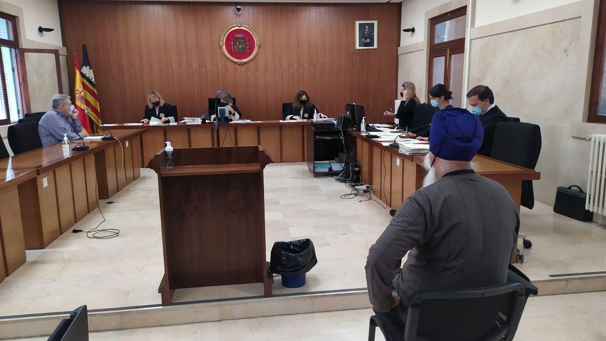 El sacerdote hindú, durante el juicio.